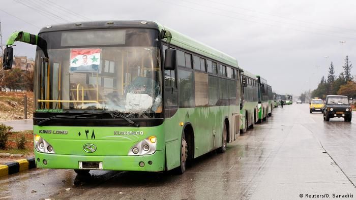 Syrien Aleppo die Busse warten immer noch in der Nähe des Stadiums (Reuters/O. Sanadiki)