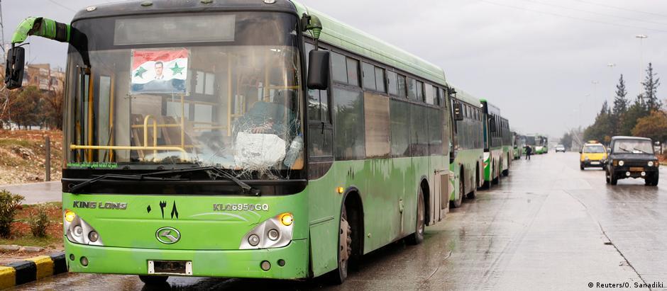 Ônibus que deveriam transportar civis e insurgentes do leste de Aleppo retornaram sem passageiros