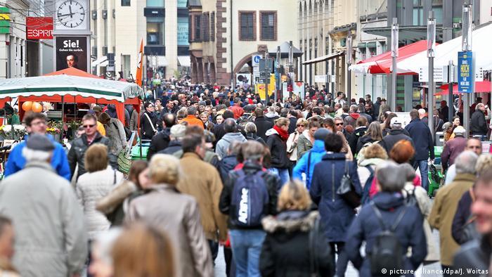 Pessoas caminham por rua na Alemanha