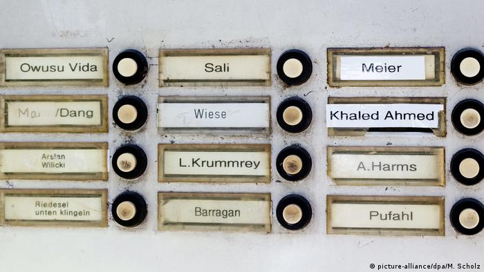 Name sign at a German apartment (picture-alliance/dpa/M. Scholz)