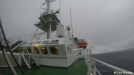 Deck of the research ship Polarstern with a cloudy sky in the background (Eva Brodte)