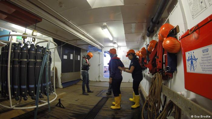 Crew members putting on life jackets and helmets (Eva Brodte)