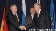 ARCHIV 1995 ***** Alija Izetbegovic, President of the Republic of Bosnia-Herzegovina (C) looks on as Franjo Tudman R), President of the Republic of Croatia, and Slobodan Milosevic (L), President of the Federal Yugoslavia (Serbia and Montenegro) shake hands after initializing a peace accord 21 November 1995 between their countries. Negotiations hosted by the US known as the Proximity Peace Talks at Wright-Patterson Air Force base, near Dayton, Ohion, began 01 November 1995. / AFP / JOHN RUTHROFF (Photo credit should read JOHN RUTHROFF/AFP/Getty Images)