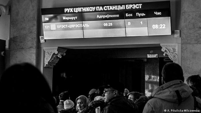 Беженцы и обычные пассажиры ждут поезда в Тересполь