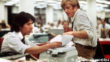 Der US-amerikanische Schauspieler Robert Redford (r) und Dustin Hoffman (l) in einer Szene des Films Die Unbestechlichen. 1981 erhielt Redford seinen ersten Oscar für die Regie von Eine ganz normale Familie. Seit seinem Debüt in Hinter feindlichen Linien 1961 wirkte Redford in mehr als 35 Filmen mit, darunter in Kinohits wie Die Unbestechlichen und Jenseits von Afrika. Mehr als 20 Jahre nach seinem ersten Oscar hat Robert Redford die begehrte Trophäe erneut erhalten Die Filmakademie würdigte den Star für sein Schaffen als Schauspieler, Regisseur, Produzent und Gründer des Sundance Filmfestivals mit einem Ehren-Oscar. Am 18. August wird Robert Redford 65 Jahre alt. |