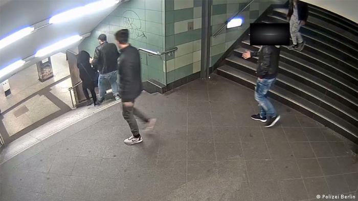 Кадр с камеры видеонаблюдения во время нападения