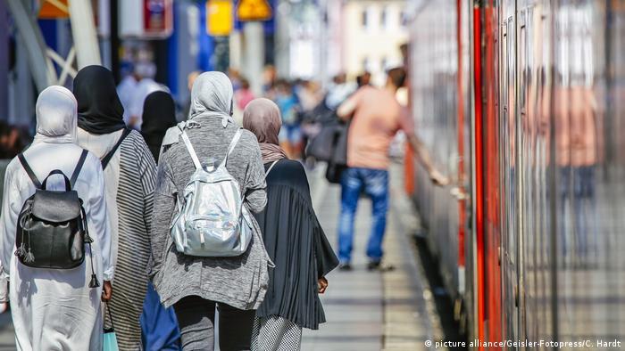 Deutschland Muslime am Hauptbahnhof in Köln
