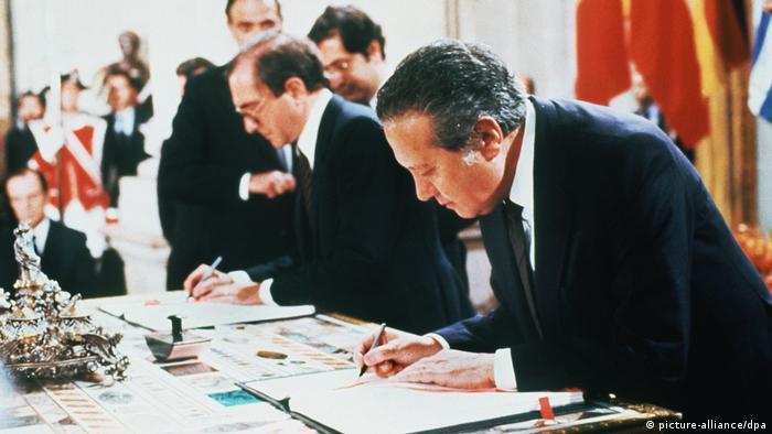 Mario Soares unterzeichnet Beitrittsabkommen zur EU (picture-alliance/dpa)