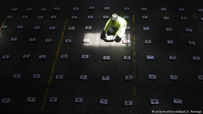 Kolumbien Kampf gegen den Drogenhandel - Präsentation von Kokain (picture-alliance/dpa/L.E. Noriega)