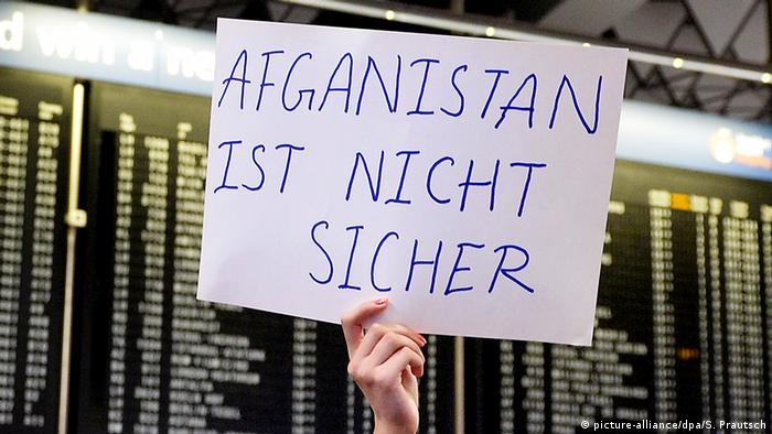 Demo gegen geplante Abschiebung am Frankfurter Flughafen (picture-alliance/dpa/S. Prautsch)