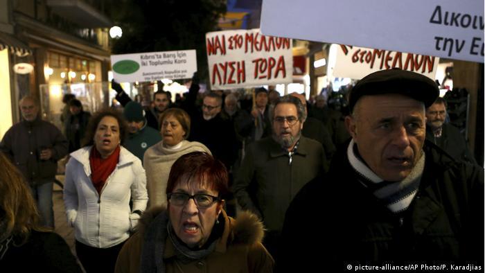 Zypern Griechisch-türkische Bürgerinitiative (picture-alliance/AP Photo/P. Karadjias)