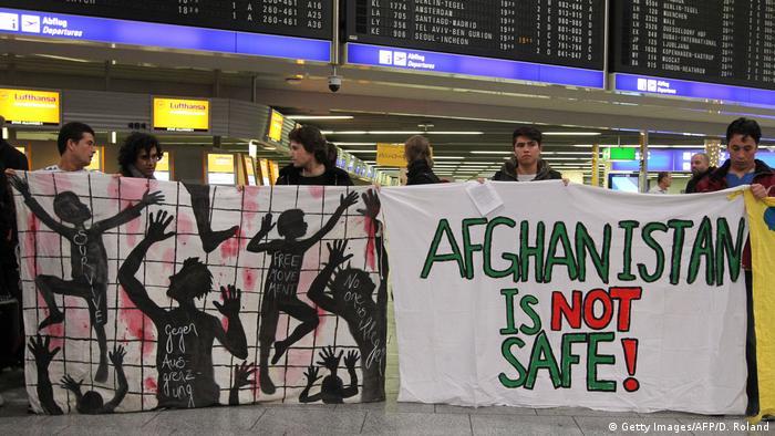 Demo gegen geplante Abschiebung am Frankfurter Flughafen (Getty Images/AFP/D. Roland)