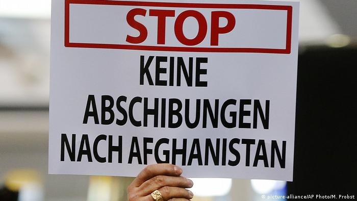 Demo gegen geplante Abschiebung am Frankfurter Flughafen (picture-alliance/AP Photo/M. Probst)