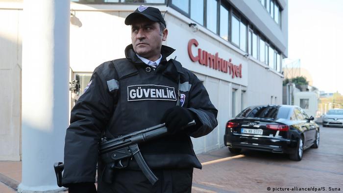 Türkei Polizei vor Tageszeitung Cumhuriyet