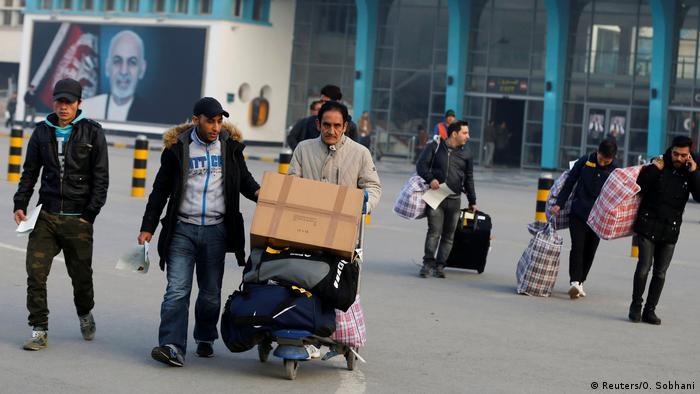 Afghanistan Sammelabschiebung Flüchtlnge Ankunft in Kabul (Reuters/O. Sobhani)