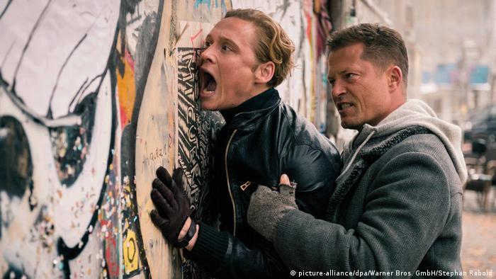 Filmstill aus Vier gegen die Bank: Schweiger drückt Schweighöfer gegen eine Wand (picture-alliance/dpa/Warner Bros. GmbH/Stephan Rabold)
