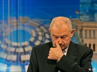 Vizibil încurcat, premierul bavarez Beckstein duminică, după alegeri.
