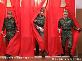 Белорусские солдаты выходят из кабин для голосования