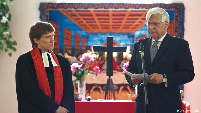 Посол ФРГ в Минске Кристоф Вайль вместе с настоятелем храма