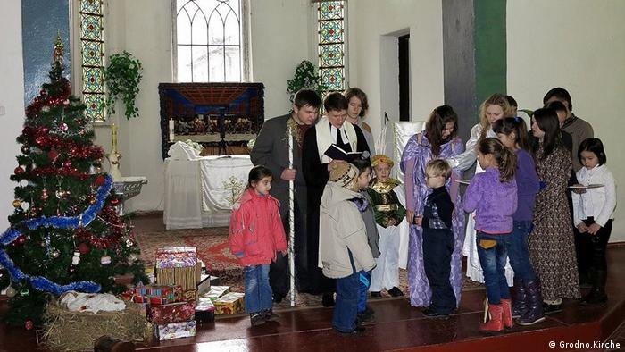 Дети на утреннике в церкви