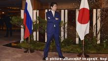 Japan Besuch Putin bei Abe (picture-alliance/AP Images/K. Nogi)