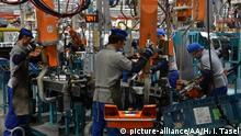 KOCAELI, TURKEY - SEPTEMBER 29 : Employees work on the body part of a Ford Tourneo Courier on the assembly line at Ford Otosan's Yenikoy Factory in Kocaeli, Turkey on September 29, 2014. Sahin Oktay / Anadolu Agency | Keine Weitergabe an Wiederverkäufer.