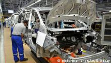 KOCAELI, TURKEY - SEPTEMBER 29 : Employees inspect unpainted Ford Tourneo Courier body shells on the assembly line at Ford Otosan's Yenikoy Factory in Kocaeli, Turkey on September 29, 2014. Sahin Oktay / Anadolu Agency | Keine Weitergabe an Wiederverkäufer.