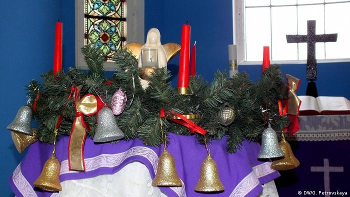 Рождественский венок со свечами и елочными игрушками