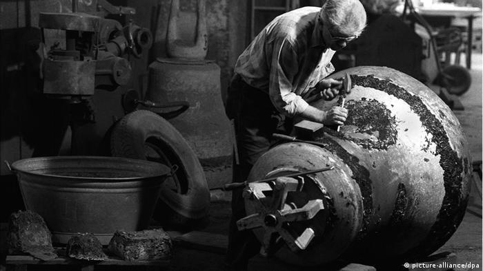 Deutschland Glockenformer Hans Becker von der Kunstgießerei Rincker in Sinn