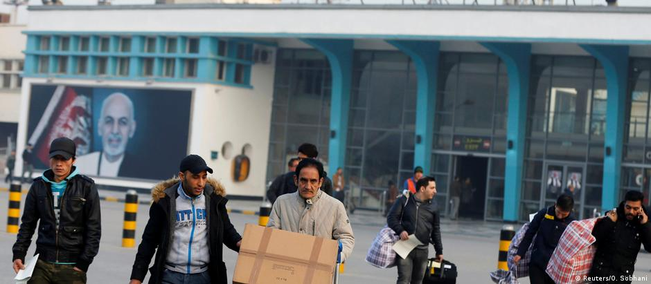 Grupo de afegãos deportados da Alemanha chega ao aeroporto de Cabul