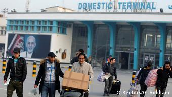 Депортированные мигранты в аэропорту Кабула