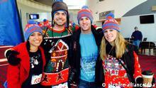 ARCHIV- Teilnehmer posieren am 30.11.2014 in Portland (Oregon), bevor sie sich mit ihren «Ugly Christmas Sweater» (hässlichenWeihnachtspullis) auf eine fünf Kilometer lange Laufstrecke begeben, um die Hilfsorganisation«Save theChildren» unterstützen. (zu dpa Hässlich aber oho - Der Weihnachtspulli kommt nach Deutschland vom 05.12.2016) +++(c) dpa - Bildfunk+++ | Verwendung weltweit