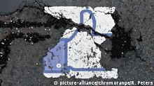 Facebook Like icon stripped away on sidewalk (picture-alliance/chromorange/R. Peters)