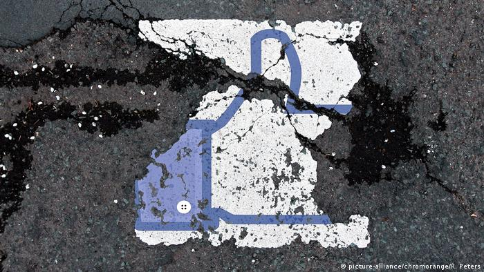 Symbolbild Facebook - Datenschutz & Gewalt & Hass & Fake News (picture-alliance/chromorange/R. Peters)