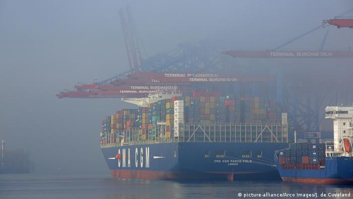 Deutschland Containerschiff CMA CGM Marco Polo in Hamburg (picture-alliance/Arco Images/J. de Cuveland)