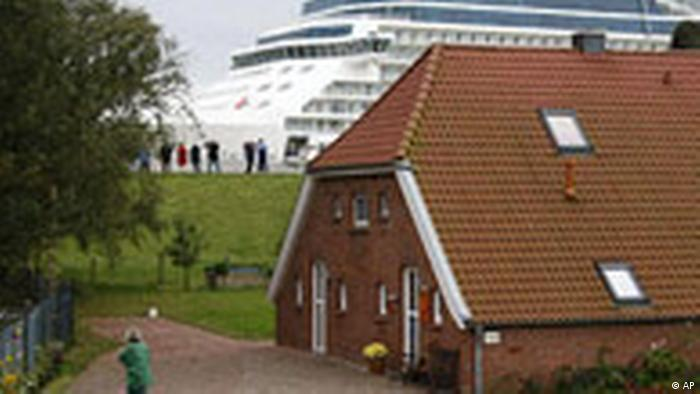 Este crucero de la ciudad de Papenburg es llevado desde su astillero, en el río Ems, hacia el Mar del Norte. Está hecho para navegar los mares del mundo y transportar a miles de personas. La fabricación de barcos y cruceros es un buen negocio para Baja Sajonia, aunque no está entre los 10 productos más vendidos de Alemania.