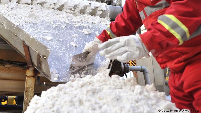 Bolivien Arbeiter bei der Verarebitung von Lithium
