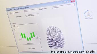 Symbolbild Registrierung Fingerabdruck Flüchtling
