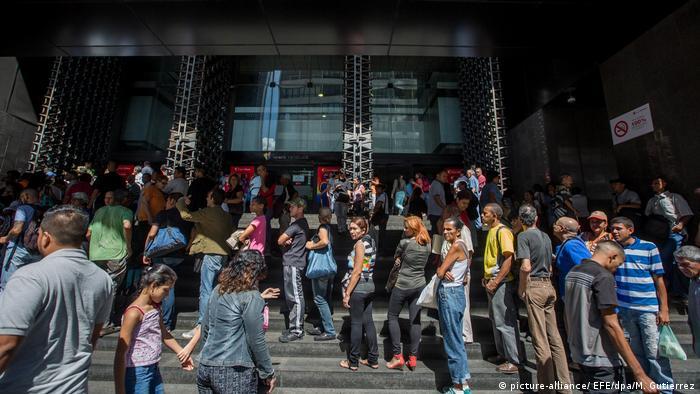 El chavismo, que gobierna Venezuela desde hace 18 años, dejó de ser la primera fuerza política de la nación petrolera superada ampliamente por la oposición. Solo el 20% de los venezolanos se identifica como chavista. 03.01.2017