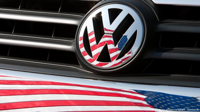 VW logo (picture-alliance/dpa/F. Gentsch)