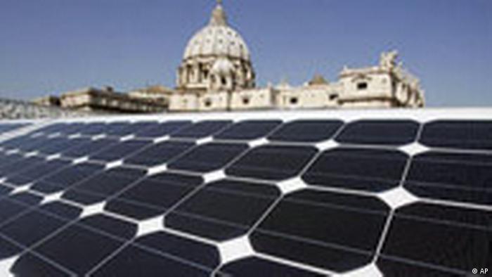 Vatikan Solaranlage vor Petersdom (AP)