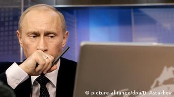 Russland Putin am Laptop