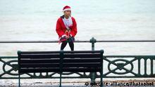 +++Nur im Rahmen der Berichterstattung zu verwenden!+++Brighton Santa Dash on 10/12/2016 at Hove Lawns, Brighton. Santa's of all shapes, sizes and ages gather on Brighton Seafront for the Annual 5k Santa Dash in aid of the Sussex based children's charity Rockinghorse. /Photoshot |