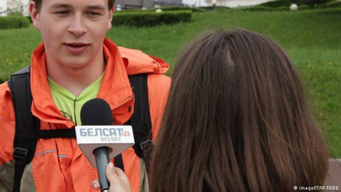 Журналист телеканала Белсат берет интервью