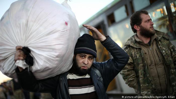 Syrien Krieg - Zerstörung & Evakuierungen in Aleppo (picture-alliance/Anadolu Agency/A. Erkan)