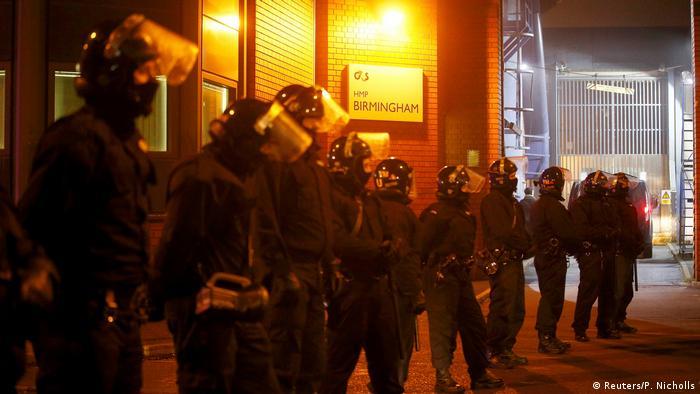 UK | Polizisten in Kampfmontur rüsten sich vor dem Winson Green Gefängnis (Reuters/P. Nicholls)