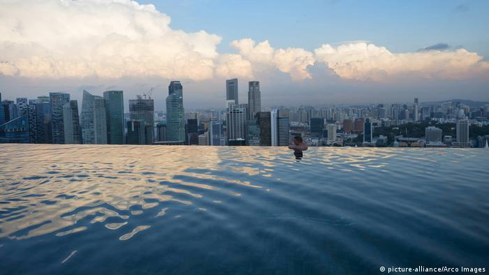 Bildergalerie | Attraktionen auf Wolkenkratzern | Infinity Pool Singapur (picture-alliance/Arco Images)