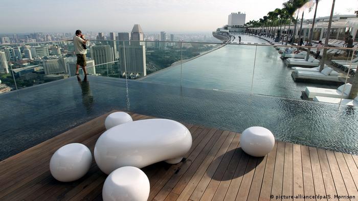 Bildergalerie | Attraktionen auf Wolkenkratzern | Infinity Pool Singapur (picture-alliance/dpa/S. Morrison)