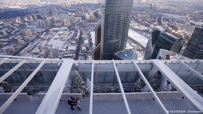 Bildergalerie | Attraktionen auf Wolkenkratzern | Eisbahn auf Wolkenkratzer in Moskau (REUTERS/M. Shemetov)