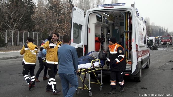 Ambulance at site of Kayseri explosion (picture-alliance/AP Photo)